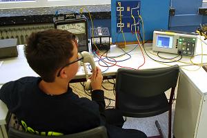 Schüler der Technik-AG bei physikalischen Experimenten