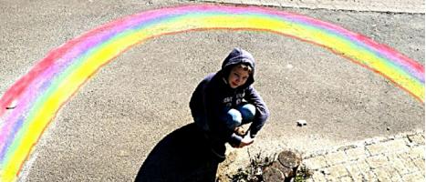 Demian Rothenpieler (5a) malt einen Regenbogen.