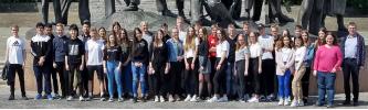 Die Klassen 9a und 9b am Buchenwalddenkmal